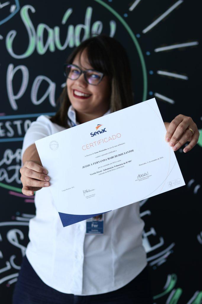 Fernanda com certificado em mãos